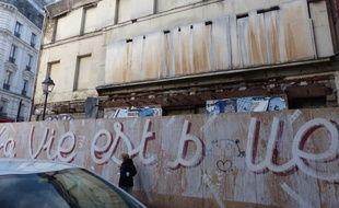 La ruine de la rue de la Gaité est le domicile de nombreux rats