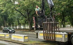 Une grue de levage installe des blocs de béton pour sécuriser la Grande braderie de Lille, le 30 août.