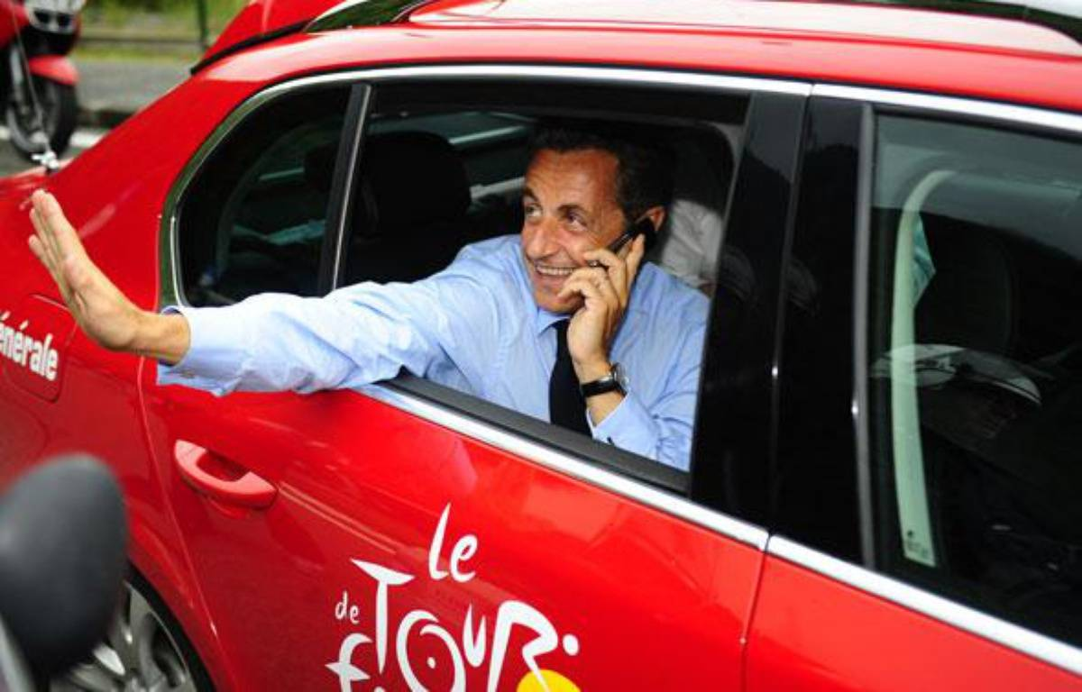 Nicolas Sarkozy sur le Tour de France, le 22 juillet 2010. – AFP PHOTO / LIONEL BONAVENTURE