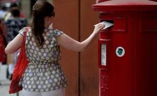 Téléphonie mobile, contrats d'assurance, activités bancaires ou même vente de sucreries: pour compenser la chute inexorable des volumes du courrier, les postes du monde entier se diversifient pour subsister.