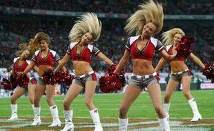 Oubliez le cliché de la blonde idiote amoureuse du quarterback de l'université. La pom-pom girl (cheerleader en anglais) est une vraie athlète.