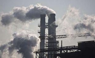 Fumée d'une cheminée d'usine, à Pékin, en Chine.
