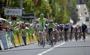 Sur sa lancée du Giro, l'espoir italien Elia Viviani s'est adjugé la deuxième étape du Critérium du Dauphiné, lundi, à Oyonnax, sous le soleil enfin présent.
