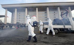 Des agents diffusent du désinfectant face à l'épidémie de coronavirus, à Séoul, en Corée du Sud, le 247 février 2020.