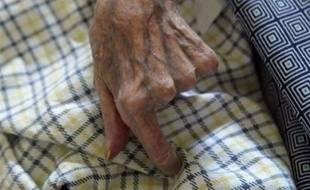 """L'octogénaire qui serait morte le lendemain de son passage aux urgences d'un hôpital de Metz """"faute de soins"""", selon ses proches, se serait en fait étranglée avec de la nourriture, a indiqué dimanche le procureur de la République de Metz, citant les conclusions de l'autopsie."""