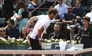Richard Gasquet a abandonné à cause d'un problème physique au 3e tour de Roland-Garros face à Gaël Monfils, le 3 juin 2017.