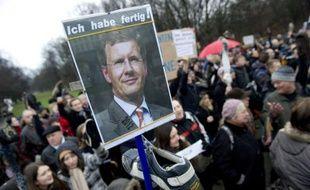 L'opposition social-démocrate en Allemagne a encore accru dimanche la pression sur la chancelière Angela Merkel, appelant à la tenue d'élections législatives si le président allemandChristian Wulff soutenu par elle devait finalement démissionner à cause du scandale le visant.