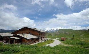 Dans les Alpes, un propriétaire de refuge aux allures de Géo Trouvetout a bâti à 2.000 mètres d'altitude un refuge autonome, fonctionnant aux seules énergies renouvelables, une exception parmi les 300 refuges de montagne français, en retard en termes de solutions écologiques.