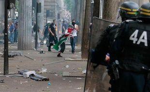 Des manifestants s'opposent aux forces de police le 19 juillet 2014 dans le quartier de Barbès, à Paris