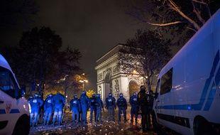 (Photo d'illustration) Des forces de l'ordre aux abors de l'Arc de Triomphe, vandalisé samedi 1er décembre en marge de la mobilisation des « gilets jaunes ».