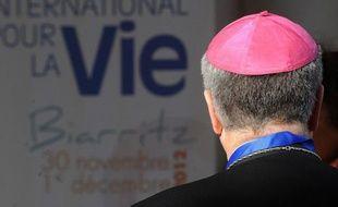 """Présence de lobbies américains anti-IVG, financement privé anonyme: Biarritz a accueilli sous l'égide du diocèse local un """"colloque international pour la vie"""" controversé, rassemblant des personnalités et activistes """"pro-vie"""" de divers pays, et présenté comme un première du genre en France."""