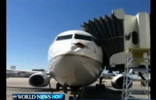 Un Boeing 737 victime d'une collision avec un oiseau, à Denver (Colorado) le 1er août 2012.