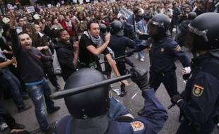 Des heurts ont opposé à Madrid les manifestants protestant contre les mesures d'austérité et les forces de l'ordre, le 25 septembre 2012.