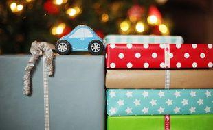 Des paquets cadeaux sous le sapin. Illustration.