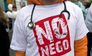Illustration d'un médecin manifestant le 15 mars 2015 à Paris.