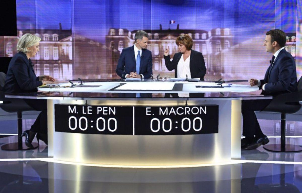 Emmanuel Macron et Marine Le Pen sur le plateau du débat télévisé de l'entre-deux-tours – Eric FEFERBERG / POOL / AFP