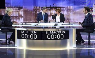 Emmanuel Macron et Marine Le Pen sur le plateau du débat télévisé de l'entre-deux-tours