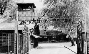 L'entrée du camp de concentration d'Auschwitz en avril 1945, après sa libération par les troupes soviétiques en janvier