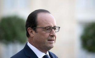 Le président de la République française François Hollande parle à la presse devant le palais de l'Elysée à Paris le 31 octobre 2014