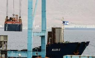 Un conteneur est retiré du bateau Klos-C, soupçonné de transporter des armes iraniennes, dans le port d'Eilat le 9 mars 2014