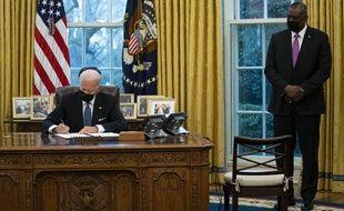 Joe Biden a réautorisé par décret les personnes transgenres à servir dans l'armée américaine, le 25 janvier 2021, en présence du secrétaire à la Défense Lloyd Austin.