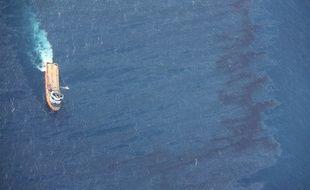 Un navire chinois tente de nettoyer la marrée noire le  15 janvier 2018.