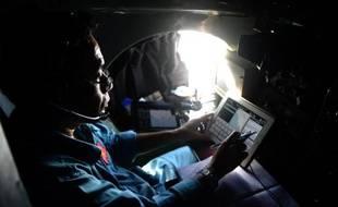 Un pilote de l'armée de l'air vietnamienne recherche le Boeing de Malaysia Airlines, qui s'est volatilisé il y a près d'une semaine, au sud du Vietnam le 14 mars 2014