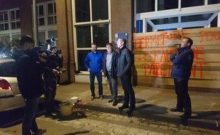 A l'appel de la Fédération départementale des syndicats d'exploitants agricoles du Bas-Rhin, plusieurs agriculteurs bios ont barricadé lundi soir l'entrée de la direction départementale des territoires à Strasbourg, afin de se faire entendre.