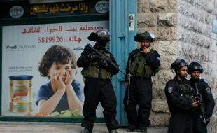 Des membres des forces de sécurité israéliennes en faction dans le camp de réfugiés palestiniens de Chouafat, à Jérusalem-Est, le 2 décembre 2015