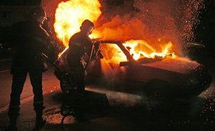 Intervention de pompiers sur un incendie de voiture. (Illustration)