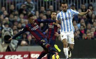 Sergi Darder échappe ici, sous le maillot de Malaga, à un tacle du Barcelonais Neymar.