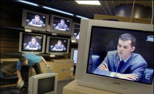 Plus de cinq millions de téléspectateurs ont suivi mercredi sur TF1 et France 2 une partie de l'audition du juge Fabrice Burgaud devant la commission d'enquête parlementaire sur l'affaire d'Outreau, selon des chiffres de Médiamétrie communiqués par les chaînes jeudi.