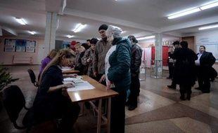 Des électeurs dans un bureau de vote le 16 mars 2014 à Simféropol