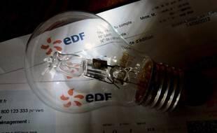 Une facture d'électricité avec une ampoule. (illustration)