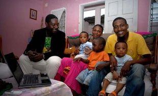 """""""Bien sûr que je me considère de la classe moyenne !"""", explique Daniel Minkoh, 33 ans, en souriant entouré de sa femme et de ses trois enfants. Avec un salaire de 900 euros, """"Dany"""" fait partie de ceux qui ont bénéficié du développement soutenu du Gabon depuis dix ans."""
