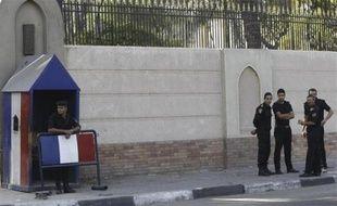 Des policiers protègent l'ambassade de France au Caire, en Egypte, le 19 septembre 2012.