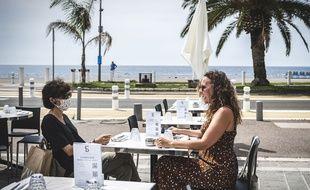 Les dermatologues alertent sur les risques cutanés d'une utilisation de gel hydroalcoolique sur la peau exposée au soleil, que ce soit à la plage ou en terrasse.