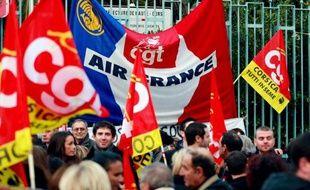 Une centaine de salariés de la compagnie Air France manifestent devant les grilles de la préfecture de Haute-Corse le 18 janvier 2012 à Bastia