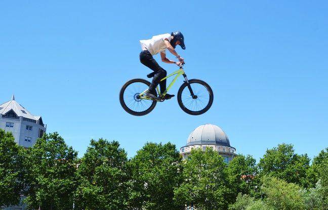 Un compétiteur de mountain bike... dans les airs.
