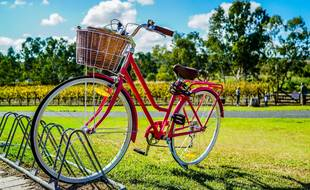 (ILLUSTRATION) Un vélo rouge avec un panier.