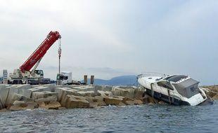 Le yacht de 11m a foncé tout droit sur la digue qui ceinture les pistes de l'aéroport de Nice.