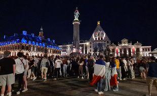 Les supporters de la France fêtent la qualification de leur équipe.