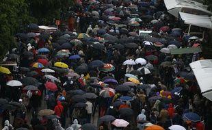 Les spectateurs quittent Roland-Garros après l'annulation des matchs le 30 mai 2016.