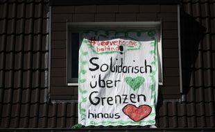 Une banderole de solidarité en Allemagne, au temps du coronavirus.