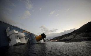 Quatre passagers français du paquebot Costa Concordia qui a fait naufrage vendredi soir près d'une île de Toscane en Italie, font encore l'objet de vérifications, a indiqué lundi matin à l'AFP le Quai d'Orsay.