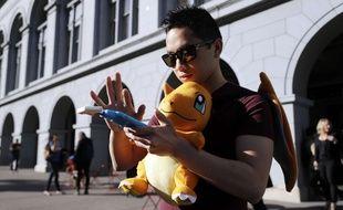 Tim chasse des Pokémons lors d'un rassemblement à San Francisco, aux Etats-Unis