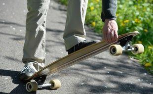 Un homme faisant du skateboard (illustration).