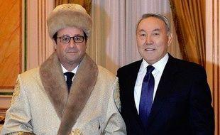 François Hollande en déplacement au Kazakhstan a reçu une chapka et une pelisse en cadeau, le 5 décembre 2014.