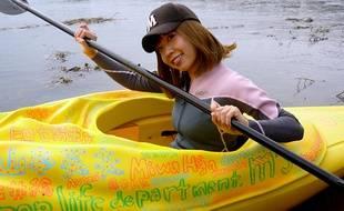 L'artiste japonaise Megumi Igarashi à bord de son kayak-vagin, le 19 octobre 2013.