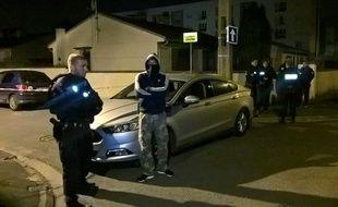 Forces de l'ordre à proximité de l'habitation de Kraim Cheurfi, l'assaillant des Champs-Elysées, qui a tué un policier.